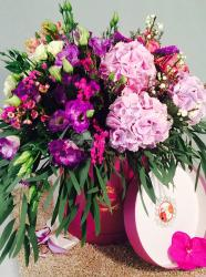 PRESENT BASKET WITH FLOWERS 105